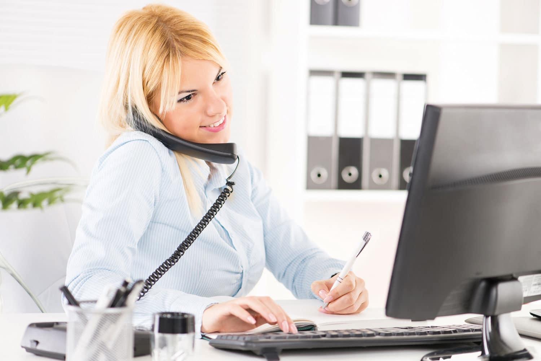 Frau im Büro am Telefon